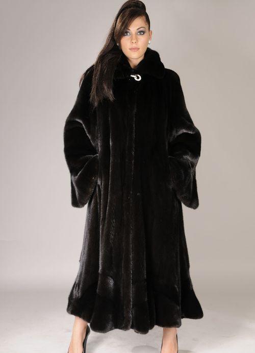 Длинная черная шуба из меха сурка