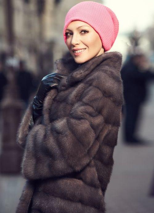 Трикотажная розовая шапка к шубе