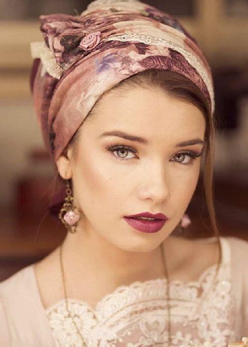 Повязанный на голову платок