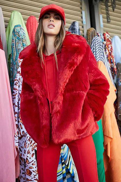 Обзор моделей красных шуб для ярких модниц