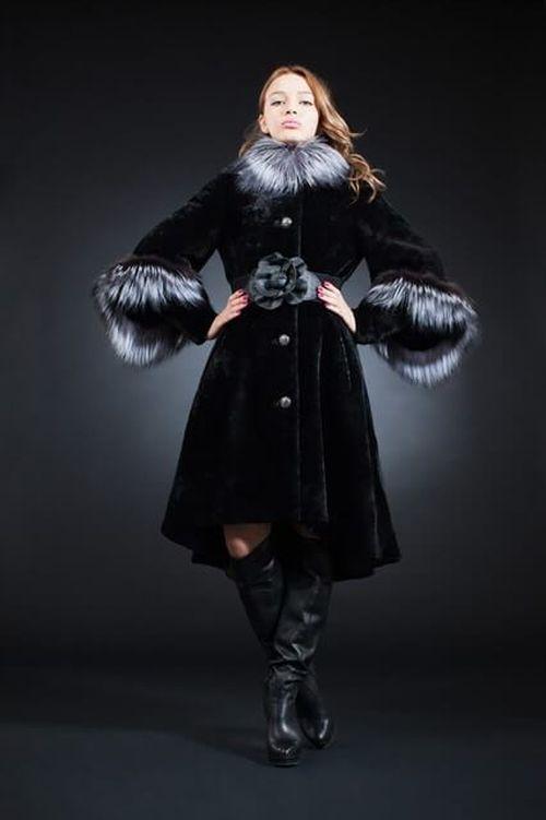 Черная шуба из мутона с меховым воротником и рукавами